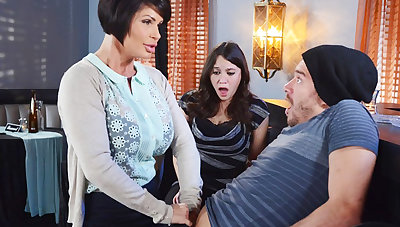 Horny mom make a adeptness to her gungy pussy
