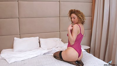 Hot cougar likes to act all dim and she knows howsoever to masturbate