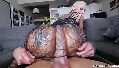 Tattooed pornstar Bella Bellz drops her rave at for anal sex