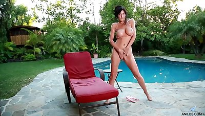 Diana Crowned head Poolside Pussy Rubbing