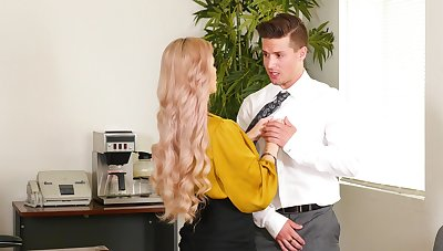 Mature secretary tries the new guy's cock for a few patrolling